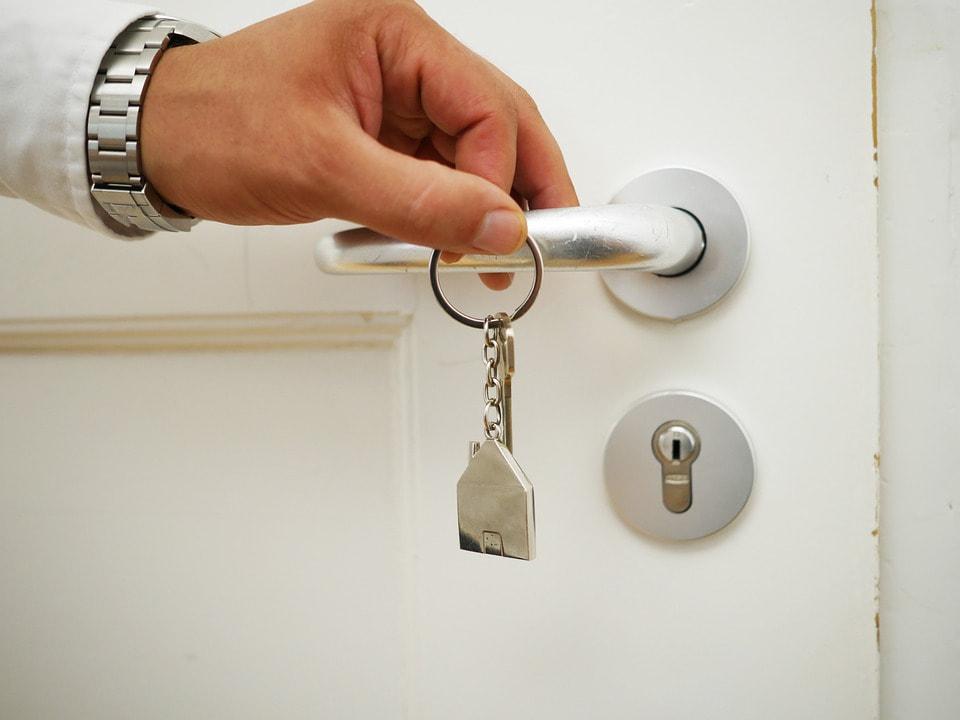apertura porta con chiave inserita